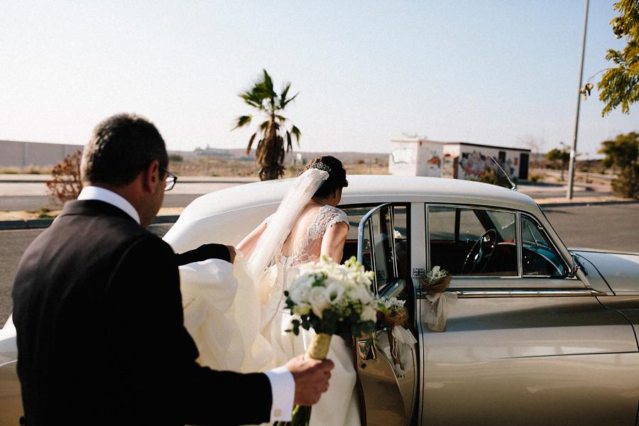 boda-en-murcia-fotografo-de-bodas-en-malaga-granada-coche-novios-014