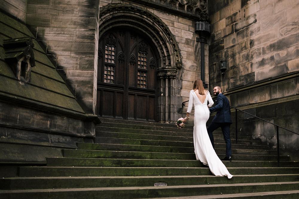 Novia con el pelo suelto post boda en Edimgurgo fotógrafo de bodas en España