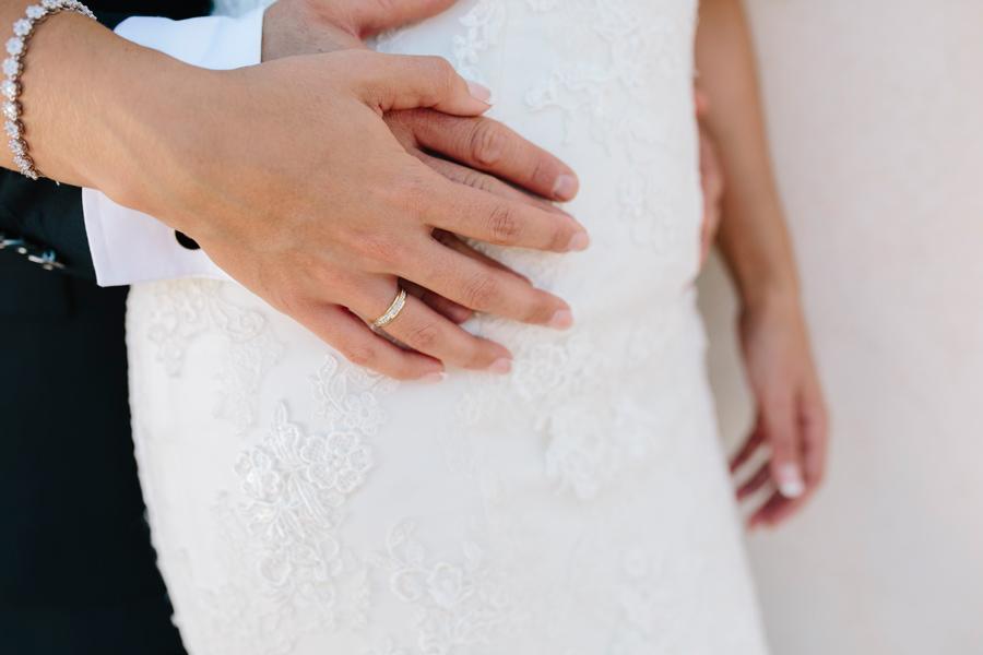 Detalle de las manos con su anillo de recién casados