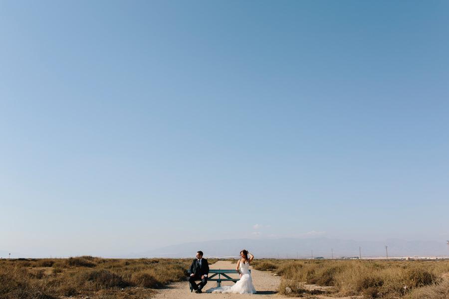 Pareja de novios en Cabo de Gata en su post-boda