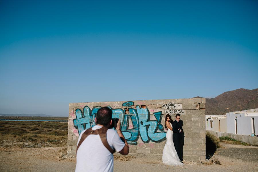 Manuel Puga fotógrafo de granada con la pareja de novios en cabo de gata