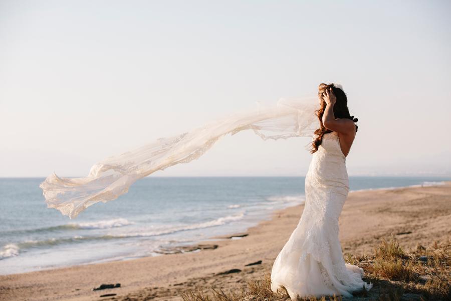 Novia con su velo y su vestido de Pronovias