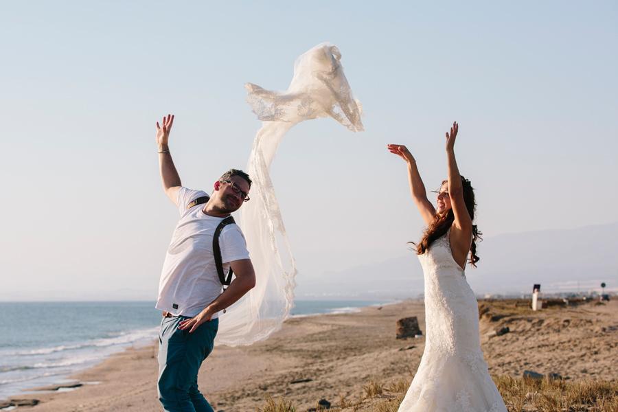 Jugando a tirar el velo de la novia con su vestido de Pronovias
