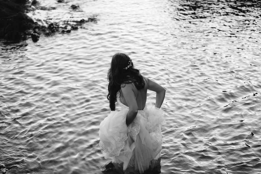Novia en el arrecife de las sirenas con su vestido de Pronovias