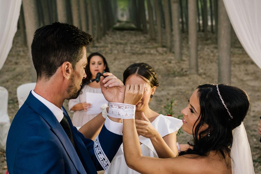 Ritual de la unión de las manos o Handfasting, tipos de ceremonias civiles fotógrafo de boda en Córdoba boda en un bosque