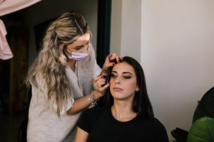 Maquilladora, Vestido de novia atrevido modelo Blanca Aguilera fotógrafo de bodas en Marbella